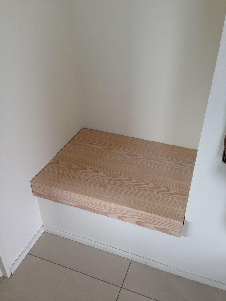 Siddebænk i entré - som del af garderobe. Udført i douglas gran fra Dinesen - og fungerer som diskret låg til indbygget rum med husets server, router og netværk.