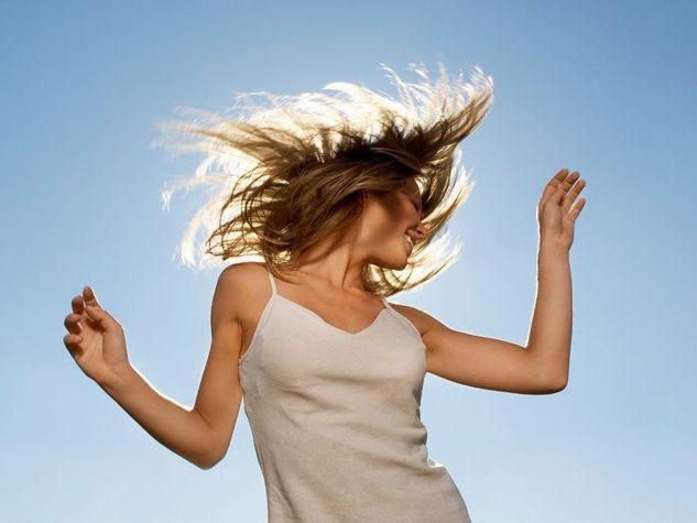 che-musica-scegliere LA TUA PLAYLIST È importante scegliere la musica capace di farci sorridere e stimolare la voglia di muoversi. Come sottolineato da recenti studi sono le nostre canzoni preferite a sviluppare un effetto benessere osservabile anche a livello neuronale. Un corso di danza può aiutarti a prendere coscienza delle potenzialità del tuo corpo, ma non dimenticare di usare la musica come terapia quotidiana: bastano 5 minuti ogni giorno. Anche in giro per casa scatenarti inseguendo…