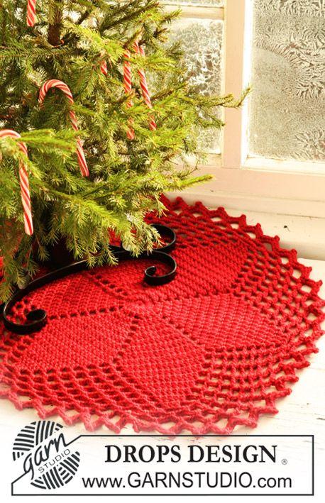 Heklet DROPS juletreteppe i Eskimo med stjernemønster. Gratis oppskrifter fra DROPS Design.