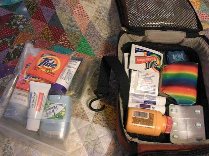 Mettez tous vos produits liquides dans un sac congélation pour ne pas tacher vos affaires.