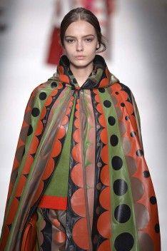 İkonik Valentino pelerin rüyalarımıza giren ürünler arasında. http://www.1v1ystudyo.com/sayi/60/yeni-donem-60lar/