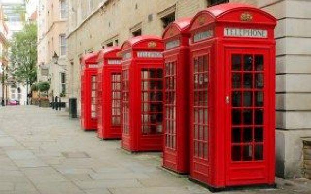 Un mini ufficio in una cabina? Si può! Grande invenzione britannica! Per riciclare tutte le cabine telefoniche in disuso di Londra una compagnia inglese ha deciso di installare dentro dei mini uffici! Connessione internet, stampante, scan #londra #box #ufficio