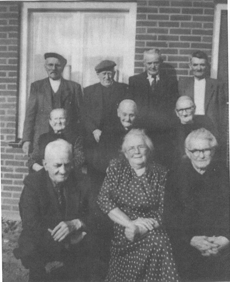 ASTEN...van links naar rechts zittend Tinus vd Boomen, Cis van Bussel-Verberne, Nel Berkvens Verberne. 2e rij van links naar rechts Hendrina Janssen-Verberne, Francisca Verberne van Lierop, Helena Verberne-Verberne. 3e ij van Links naar rechts Johannes Janssen, Dorus vd Loo, Driek Verberne en Piet Verberne.