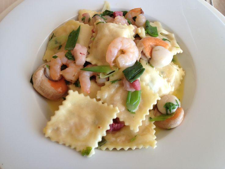 Panzotti mediterraneo: Pasta al huevo rellena con mariscos, salteados en camarones y callos de ostiones, panceta, cebollin y tomates, en Portofino. No me gustó