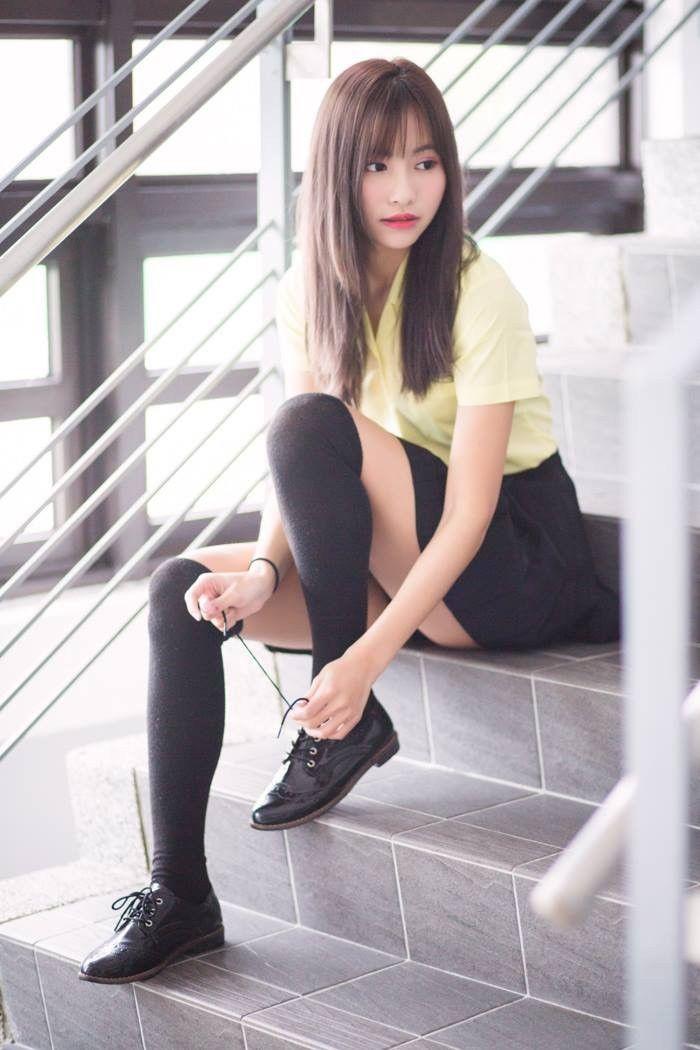 高中美少女坐在樓梯間繫鞋帶💗