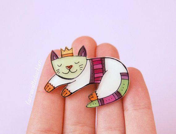 Cat brooch sleeping cat animal illustrated by lacravatteduchien, €12.00