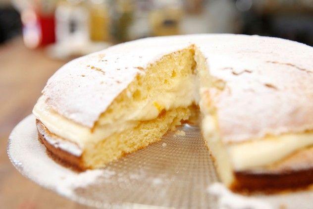 Alman Pastası Malzemeleri  Keki için Malzemeler 3 yumurta 1 su bardağı şeker 1 yemek kaşığı yoğurt ½ su bardağı sıvı yağ ½ su bardağı süt 2 su bardağı un 1 paket kabartma tozu 1 tatlı kaşığı vanilya  Kreması için Malzemeler 3 su bardağı süt 2 yemek kaşığı un 1 yemek kaşığı nişasta 1 yumurta 4 yemek kaşığı şeker 1 tatlı kaşığı vanilya 1 yemek kaşığı tereyağı 1 yemek kaşığı krema  Arası için Malzemeler 2 yemek kaşığı kayısı marmelatı 2 yemek kaşığı ılık su  Üzeri için Malzemeler Pudra…