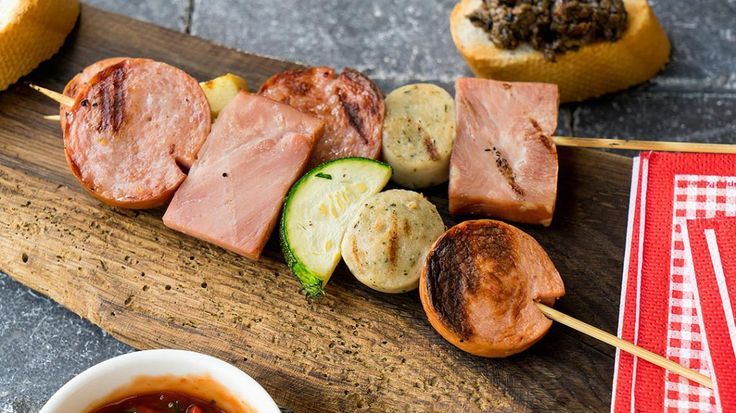Gegrilde brochette van worst, ham, gehaktbrood en appel