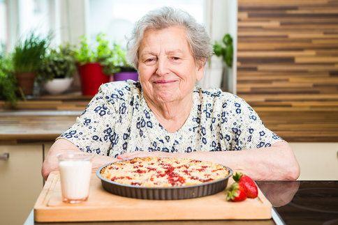 Babiččiny recepty: křehký tvarohový koláč s jahodami a drobenkou.
