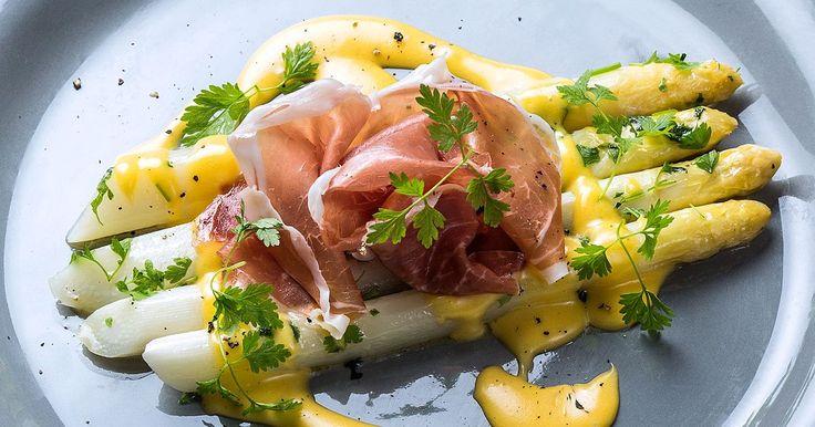 Enkel oppskrift på hvit asparges med hollandaisesaus og spekeskinke. Dette er en forrett som er enkel, god og som for mange er smaken av sommer.