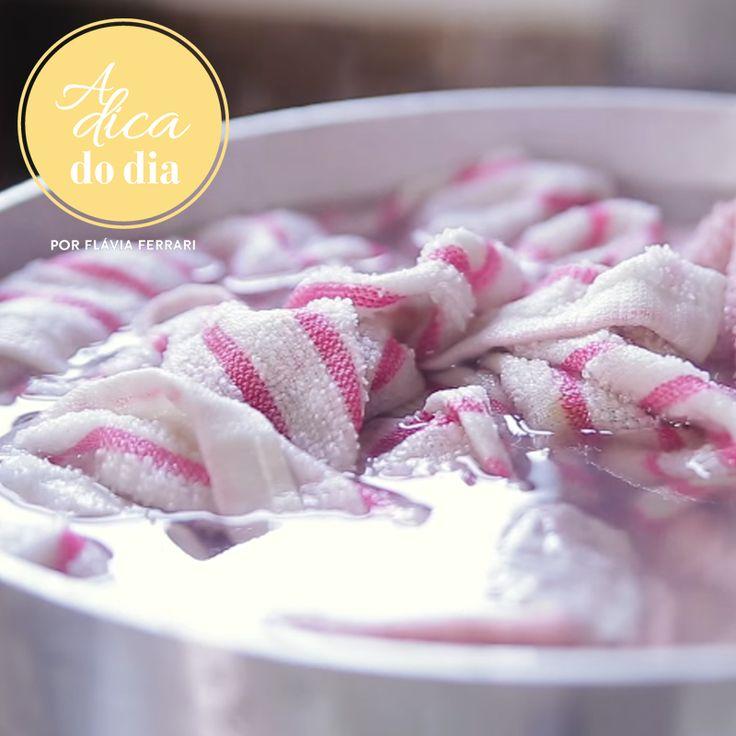 Desengordure seus panos de prato com facilidade fervendo-os em uma mistura de bicarbonato de sódio, limão ou vinagre. Confira mais esta #aDicadoDia com Flávia Ferrari
