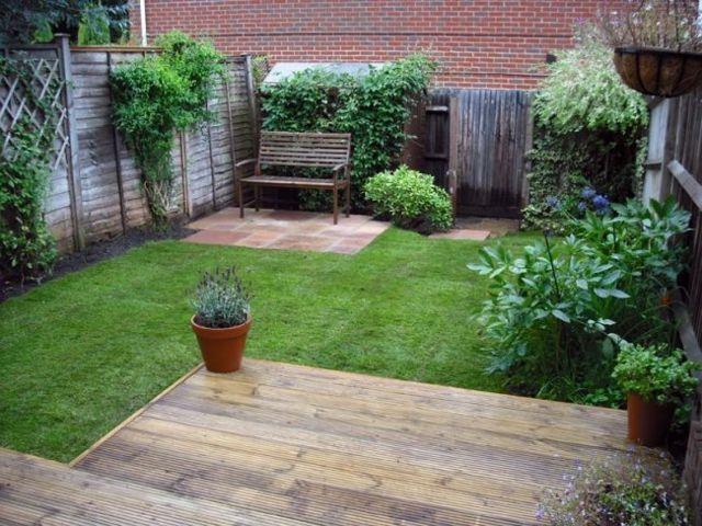 patio trasero con plataforma de madera jard n
