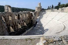 Odeon di Erode Attico; II secolo (161-174) d.C.; la struttura in pietra con pavimentazione in legno venne restaurata utilizzando marmo bianco e cipollino (il restuaro interessò l'uditorio e l'orchestra); versante meridionale dell'acropoli. Si tratta di un auditorium che, annualmente, tra giunti e settembre ospita il Festival Ateniese. Ha una capienza di circa 5.000 spettatori.