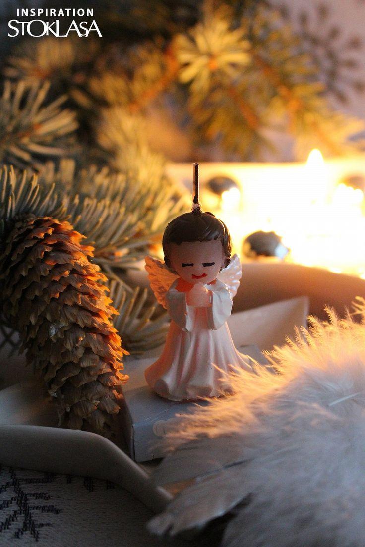 Roztomilou svíčkou anděla můžete obdarovat své blízké nebo použít jako dekoraci. Svíčka je přilepena k podstavci z tvrdého papíru. Je zabalená v plastové krabičce a převázaná mašlí.