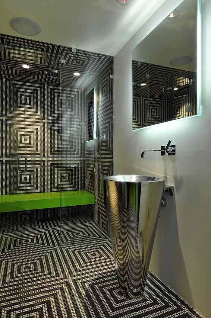 Геометрические узоры с плиткой на стенах и полу