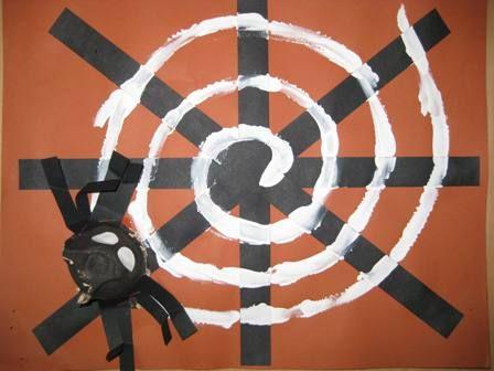 * Spinnenweb! De kinderen knippen van dunne stroken papier stukjes af en leggen hier een spinnenweb van. Daarna tekenen ze met witte vingerverf het web over de stroken heen.
