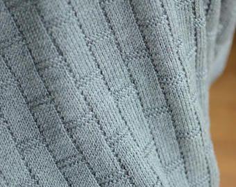 Esta manta de bebé unisex es el patrón único increíblemente suave y por lo tanto ideal para la piel sensible de tu bebé. Tamaño perfecto para una cuna, cochecito, cuna o dondequiera que usted quiere añadir un poco de calidez y estilo. Se extiende y puede agrandarse un poco si quieres envolver al bebé en la calidez y el amor. Hace hermoso Bolero hecho a mano para recién nacidos fotos, ocasiones especiales y ceremonias, sería un fantástico regalo para babyshower, cumpleaños, Navidad o…