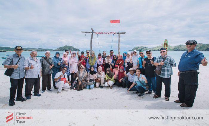 Paket Wisata Islamic Center Mataram di Lombok tahun 2018, Murah Hemat dan Profesional - Berfoto di Tanjung Aan #lombok #wisata #firstlomboktour