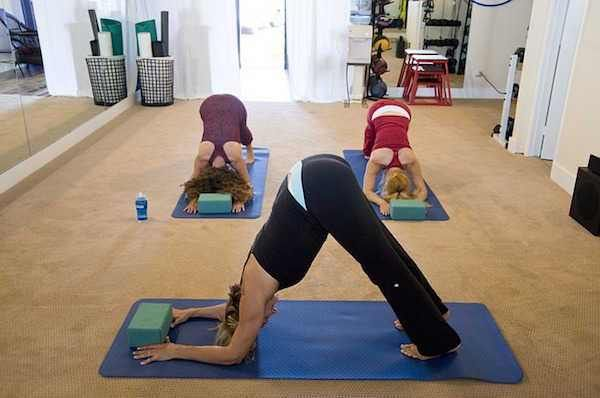 Le yoga constitue une parenthèse dans la vie de l'homme moderne où l'on a tendance à s'oublier dans le bain incessant des sollicitations externes. J'ai sélectionné pour vous des vidéos et applications smartphone pour découvrir agréablement cette activité :  Découvrez l'astuce ici : http://www.comment-economiser.fr/yoga-chez-soi-gratuit.html?utm_content=buffer775d0&utm_medium=social&utm_source=pinterest.com&utm_campaign=buffer