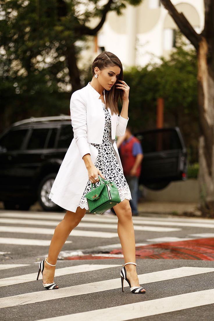 Camila Coelho  Vestido: Riachuelo | Casaco e Sapato: BCBG | Bolsa: DVF