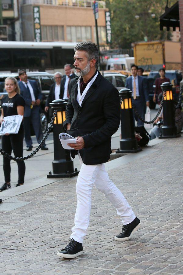 2016-10-13のファッションスナップ。着用アイテム・キーワードは40代~, シャツ, ジャケット, スニーカー, テーラード ジャケット, 白シャツ, 白・ホワイトパンツ,etc. 理想の着こなし・コーディネートがきっとここに。| No:169898