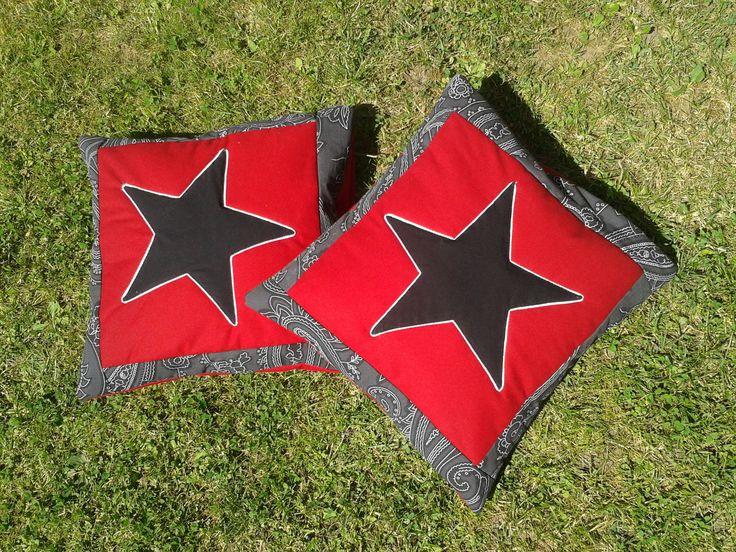 S hvězdami pod hlavou Nabízím k prodeji bavlněné povlaky na polštářky velikosti 40x40 cm. Moderní černo - červeno - bílá kombinace. Horní strana je prošitá vatelínem pro exekt plasticity díky prošívání. Zadní strana je z červené látky, stejné jako podklad pod hvězdami. Je ze dvou dílů přeložených přes sebe - žádné zapínání knoflíků ani zipu.  Látky jsou ...