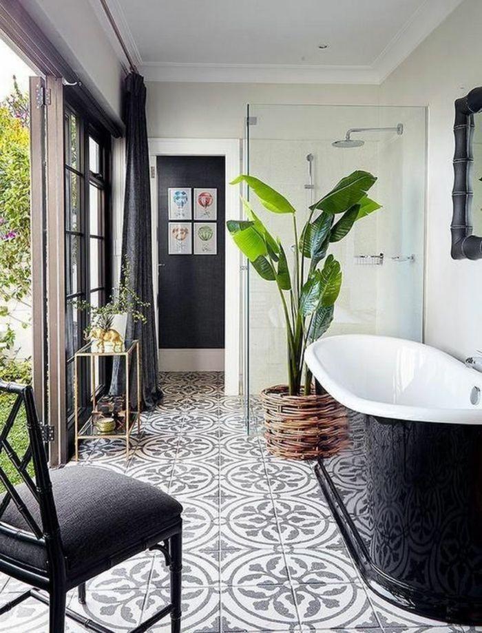 Bemusterte Fliesen Badezimmer Beispiele Schwarz Und Weiße Badewanne Und  Pflanze Im Korb