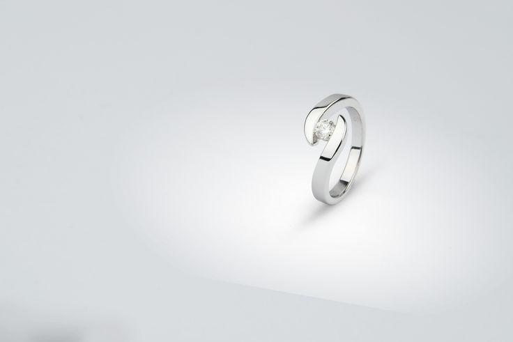 prsten - bílé zlato, briliant - www.daloo.cz