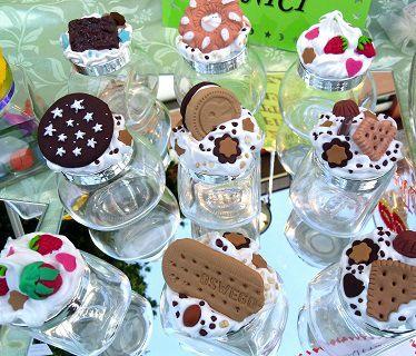 Vasetti decorati con biscotti e dolcetti in fimo. soniastellacrea.wordpress.com