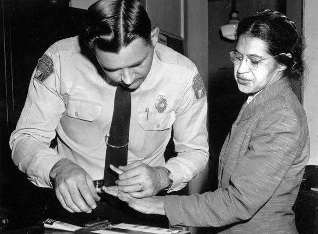 A grande Rosa Parks sendo presa no Alabama, em 1956, poucos meses após ter se recusado a ceder seu lugar em um ônibus para um passageiro branco – gesto que levou ao boicote dos ônibus pela população negra e tornou-se um marco na luta pelos direitos civis