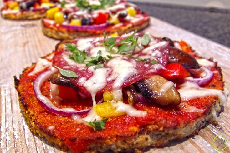 #PALEO #BLOEMKOOL #PIZZA: Ik ben nooit dol geweest op pizza, die vettige kleffe bodem heeft me nooit iets gezegd. Maar ik ben wel gek op groenten die origineel verwerkt zijn. Ik had geen idee dat bloemkool zo veelzijdig was, ik maak er pizzabodems van, boterhammen, broodsticks enz… Verwacht geen brood gevoel, maar wel een gezonde, caloriearme, lekkere, proteinerijke groentenbodem! Eindelijk een gezonde paleo pizza or what we call at home: skinny bitches pizza