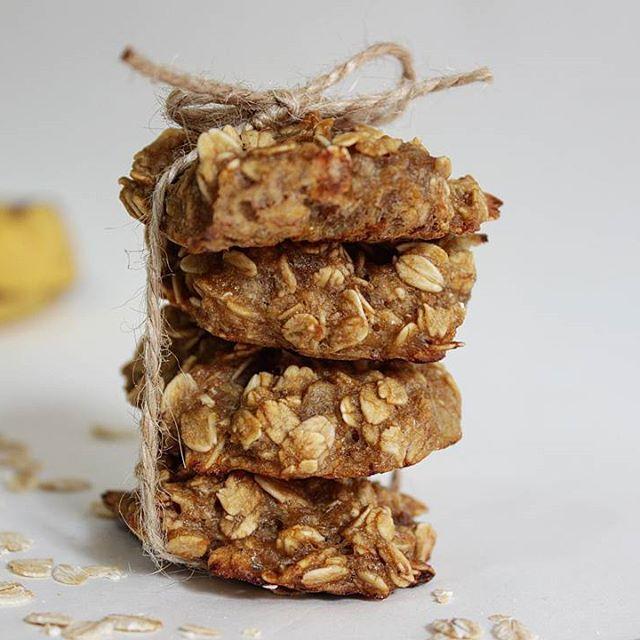Muzlu yulaflı kurabiyelerim  Tarif çok pratik bir o kadar da sağlıklı!  Sadece 3 malzemeye ihtiyacınız var!  Malzemeler: ✅1 bardak yulaf ezmesi ✅2 muz ✅Pekmez  Ara öğünler için harika bir atıştırmalık  1 porsiyon için 2 kurabiye ideal   Yanında süt ya da kahveyle çok iyi gidiyor   Tarif profilimdeki linkte ve youtube kanalımda sizleri bekliyor