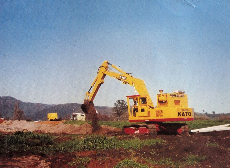 Pemberton Drainage's Kato HD1100G working in the Waikato on a rural drainage project in 1975. Unlike most Katos imported into New Zealand, which either had Perkins or GM engines, the HD1100G was powered by a 200hp Cummins diesel. The HD1100G was replaced by the model HD1200G that same year. (Photo: Author's collection)