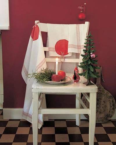 Das Geschirrtuch erinnert an rotbackige Weihnachtsäpfel und festliche Christbaumkugeln.