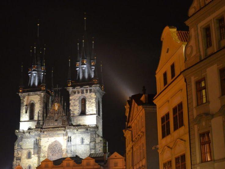 Zu den Top 20 Prag Sehenswürdigkeiten zählt definitiv die Teynkirche am Altstädter Ring.