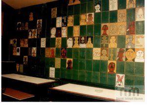 Karancs Szálló színes csempefala a bár részén (Csohány Kálmám munkája)