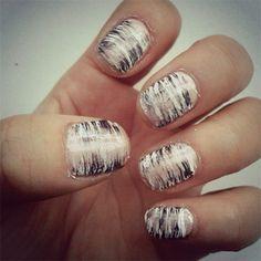 FAN BRUSH NAILS Een waaiervormige poederkwast is de ideale tool om impressionistische schilderijtjes te maken van je nagels. Dompel je kwast in een kleurtje, veeg het overgrote deel van de nagellak eraf en ga ten slotte met de kwast zachtjes over je basiskleur.