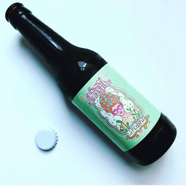 La Cerveza del Viernes: Antoñita la Moderna de @antolamoderna no apta para gente aburrida. De diseño alegre con etiqueta amarilla verde y azul; inventa a disfrutarla en cualquier momento del día. Sorprendentemente fresca y ligera para su graduación.