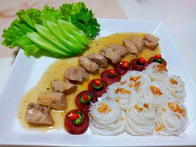 จานนี้ของคุณป๊ะนะคะ - 55件のもぐもぐ - เส้นหมี่หน้าไก่พริกไทยดำ by siwanee loontha