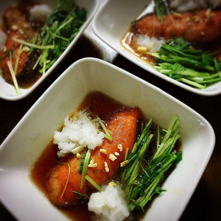 #鮭 に片栗粉をつけて油で焼く #醤油 と #酒 と #みりん と水の鍋に放り込んでサッと煮て #水菜 を切って入れて水菜がシナっとなったら皿にあけて #大根おろし と乾燥 #ゆず をかけて出来上がり  #ばんごはん #てづくり #温かい  #salmon #Salmondish  味噌汁は白菜で野菜たっぷり  https://goo.gl/Sy5Ytf 見にきてねー