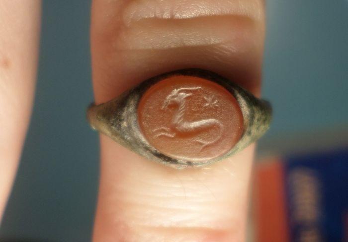 Materiaal: brons met een groene patina  Datering: Romeins, 1e/2e eeuw n. Chr.  Herkomst: Europa.  Afmetingen: Ringmaat: 17 mm