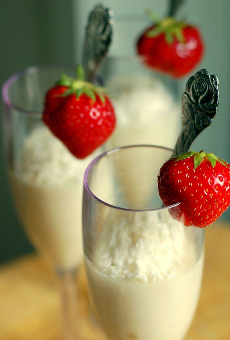 En riktigt krämig och somrig pannacotta får man om man smaksätter med tjock kokosgrädde och rivet limeskal. Servera den väl kyld, med lite extra kokos ovanpå till efterrätt eller som picknickgodis.1 dl vispgrädde1 dl kokosgrädde (22%)rivet skal av 2 limefrukter½ dl gelésockerKoka upp a