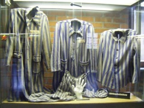 KZ Gedenkstätte Mauthausen (Aspecto destacable)  Uniformes de los prisioneros de los campos de concentración.Museo de Mauthausen