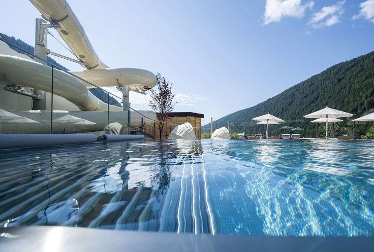 Ein Highlight des Hotels ist der Infinity-Pool und die große Wasserrutsche. Alle Details zum Familienhotel Huber findet ihr auf: http://kinderhotel.info/kinderhotel/familienhotel-huber
