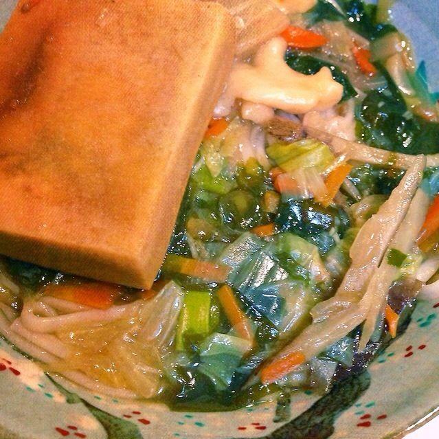 http://snapdish.co/d/nae0ma 葛入りほうとうを作った翌日、同じ汁でリメイクうどんです。  使用したのは天然塩使用の蓮根うどん。 素揚げした高野豆腐を加えて煮込みました。 - 7件のもぐもぐ - 揚げ高野豆腐を煮込んだ蓮根うどん by 16chyoko