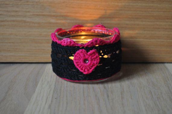Photophore fait main, réalisé au crochet. Le bougeoir est un pot de verre recyclé, décoré dun trait de peinture 3D scintillante assortie aux couleurs