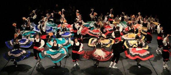 Esbart Dansaire de Tona té més de 70 anys.  Entitat cultural formada el 1944. Es dediquen a la conservació i difusió de les tradicions i del folklore català. La preocupació principal que tenen és treballar les danses del seu poble de manera que en puguin gaudir tant a l'hora de ballar-les com en ser contemplades.