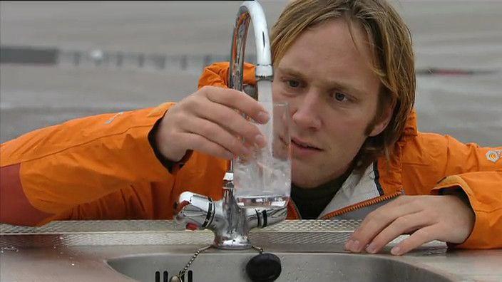 Als je een kraan zachtjes aanzet, is het water helder en kun je er doorheen kijken. Maar als je de kraan harder zet, dan wordt het water wit en ondoorzichtig. Hoe komt dat eigenlijk?
