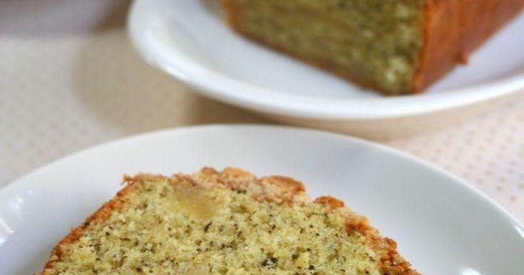 たっぷりカリカリのクランブルをのせた紅茶のパウンドケーキに、甘酸っぱい林檎のプレザーブを加えました。