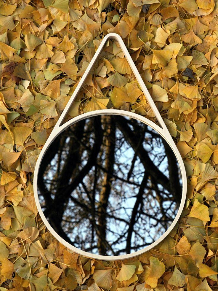 Moderné nástenné zrkadlo, ktoré vychádza z tvaru padajúcej kvapky, rovnako ako nástenné hodiny Marc Drop Clock. Zrkadlo je vyrobené z jedného kusu dreva bez konštrukčných spojov či nadpájania.